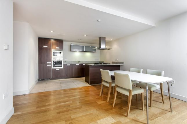2 bed flat to rent in Lymington Road, London