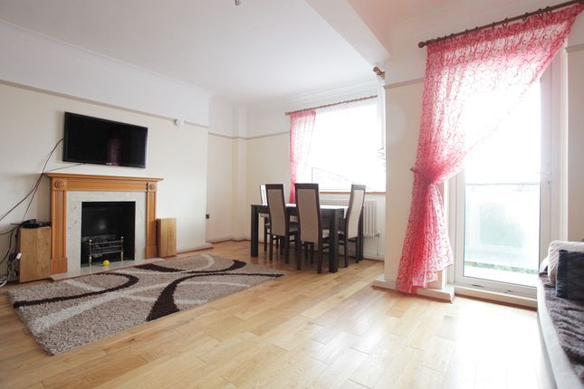 2 bed flat to rent in Upper Richmond Road, London