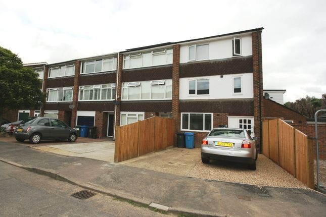Thumbnail Studio to rent in Black Horse Close, Windsor