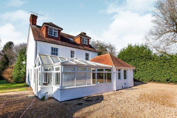 Thumbnail Farmhouse to rent in Horsham Road, Horsham