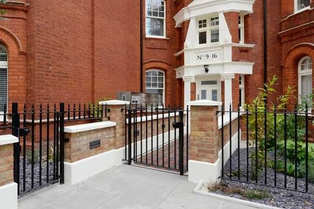 Thumbnail Flat to rent in Hamlet Gardens, London