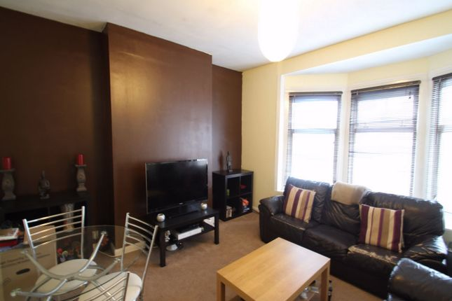 3 bed flat to rent in Headstone Road, Harrow, Middlesex