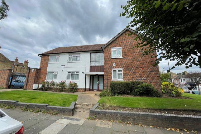 Thumbnail Flat to rent in Eaton Park Road, London