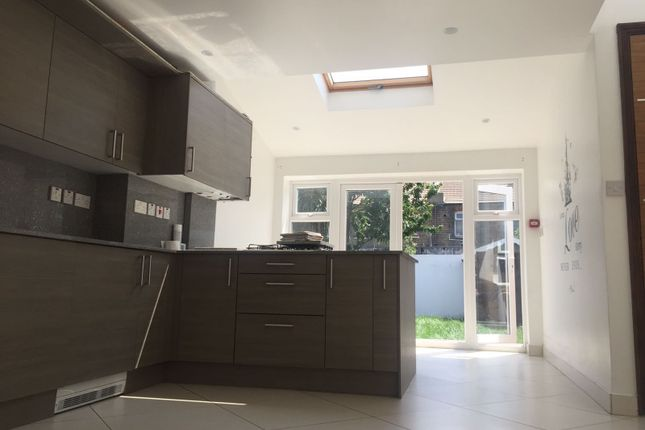 2 bed flat to rent in Boundary Road, London