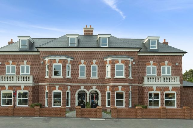 4 bedroom terraced house for sale in Portsmouth Road, Thames Ditton