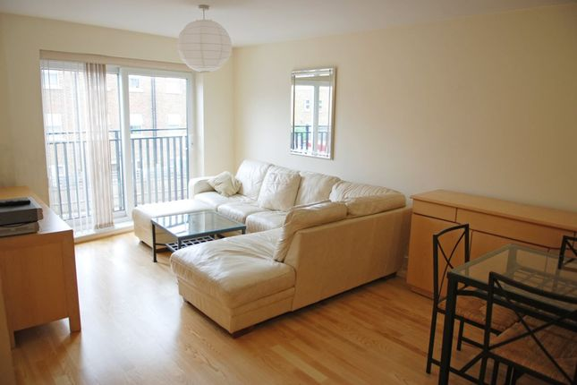 3 bed flat to rent in Defoe Road, London
