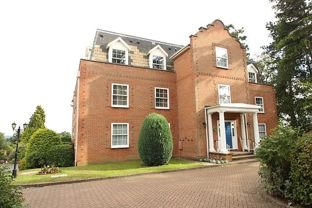 2 bed flat to rent in Hook Heath Road, Hook Heath, Woking