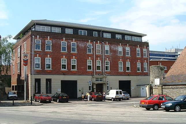2 bedroom flat to rent in Monument Court, Lower Canal Walk, Southampton