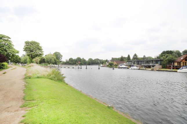 Thumbnail Town house for sale in Belle Vue Close, Staines
