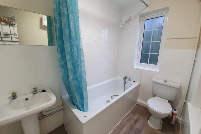 2 bed flat to rent in Upper High Street, Epsom, Surrey KT17