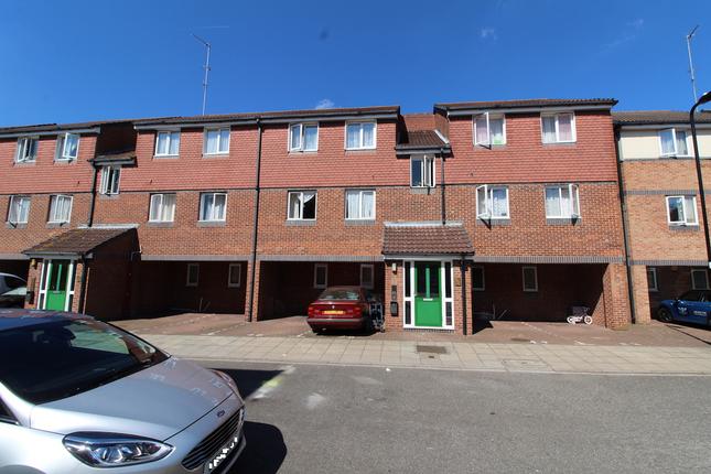 Thumbnail Flat to rent in Frensham Close, Southall
