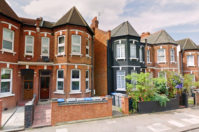 3 bed flat to rent in Acland Road, London