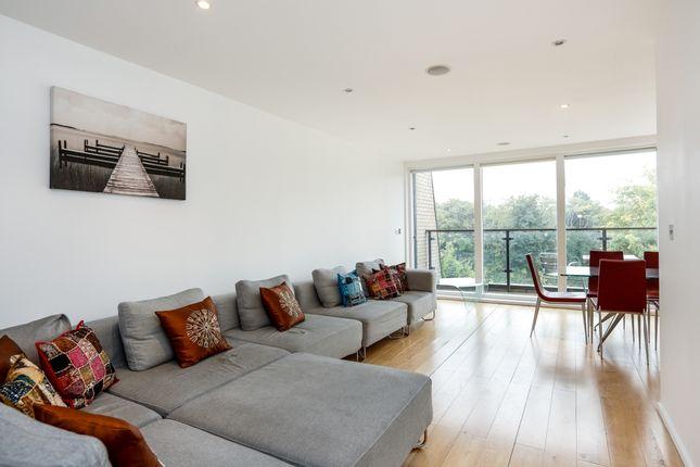 2 bed flat to rent in Heathfield Road, London