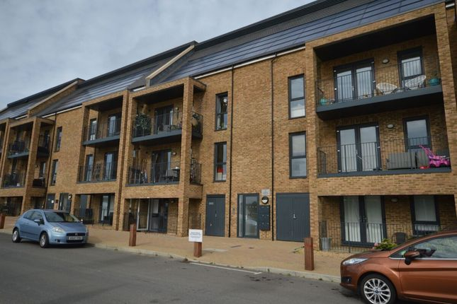 2 bed flat to rent in Knights Templar Way, Strood ME2