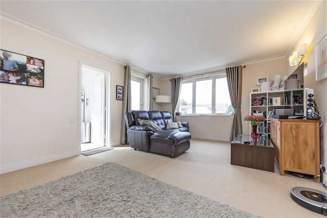 Flat in  Point Pleasant  London S Fulham