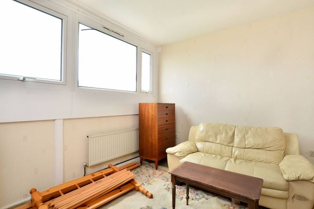 3 bed flat for sale in Frensham Court, Mitcham