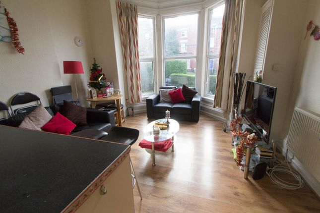 Thumbnail Flat to rent in Flat 1, 14 Kelso Road, Hyde Park