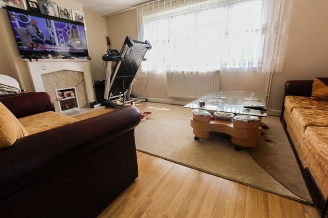 3 bed flat to rent in East Crescent, London