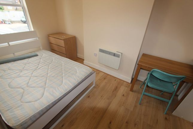 Room to rent in Hedge Lane, London