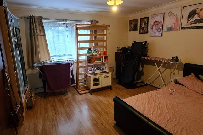2 bed flat for sale in Memorial Close, Heston, Hounslow TW5