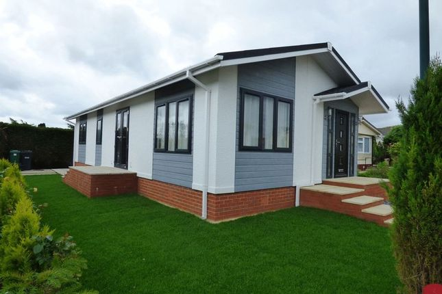 2 bedroom mobile/park home for sale in Eighth Avenue, Holly Lodge, Lower Kingswood, Tadworth