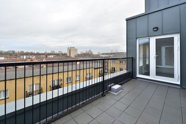 Thumbnail Flat to rent in 22 Pearl House, 60 Millennium Place, Bethnal Green, London