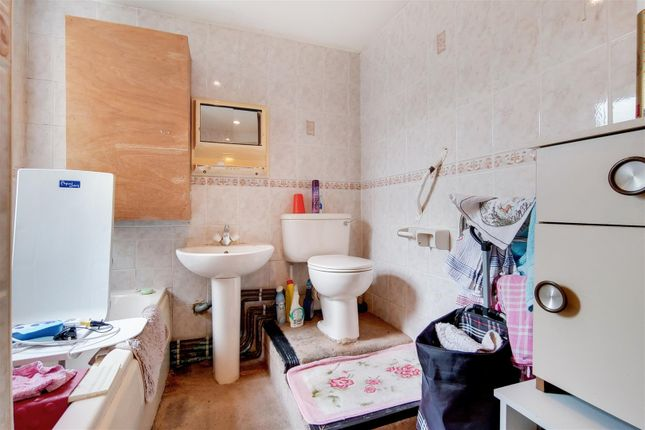 5_Bathroom-0 of Robson Road, London SE27