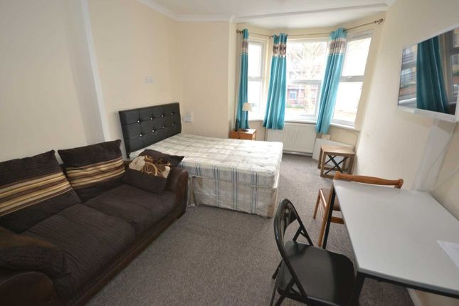 Studio to rent in London Road, Reading