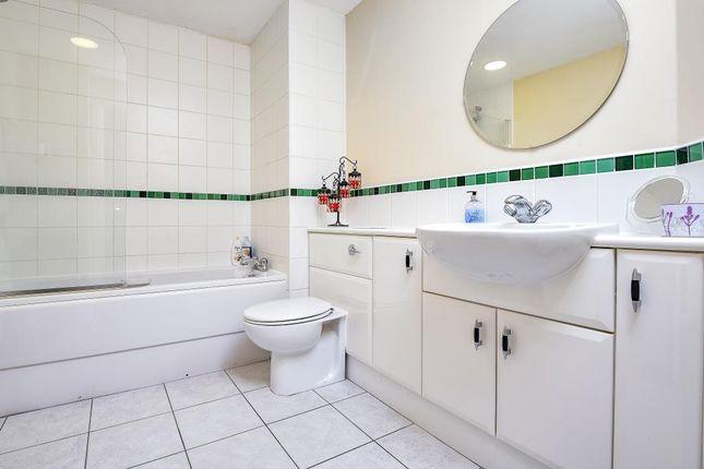 Bathroom of 100 Kingsway, London N12