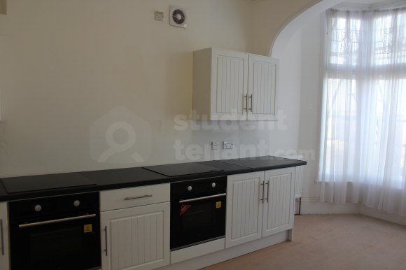 6 bed flat to rent in New Road, Rochester ME1