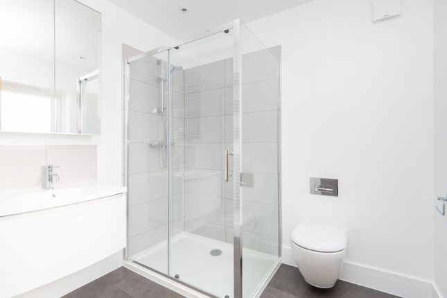 Ensuite Bathroom of Hawthorn Road, Sutton, Surrey SM1