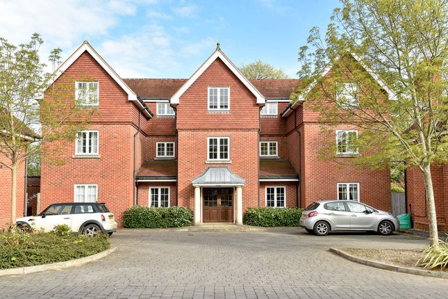 Thumbnail Flat for sale in Wychwood Place, Winchester