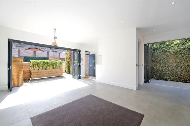 2 bed property to rent in Parkside, Ravenscourt Road, Hammersmith