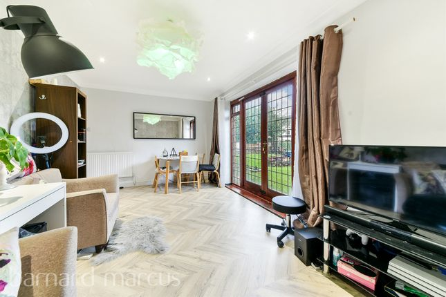 2 bed flat for sale in Mayford Close, London SW12