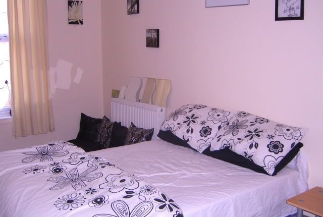 Thumbnail Shared accommodation to rent in Moorland Ave, Hyde Park, Leeds 1Ap, Hyde Park, UK
