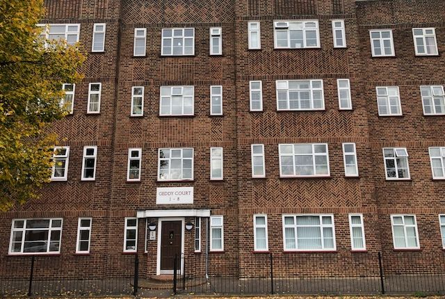 2 bed flat to rent in Hare Hall Lane, Gidea Park, Essex RM2