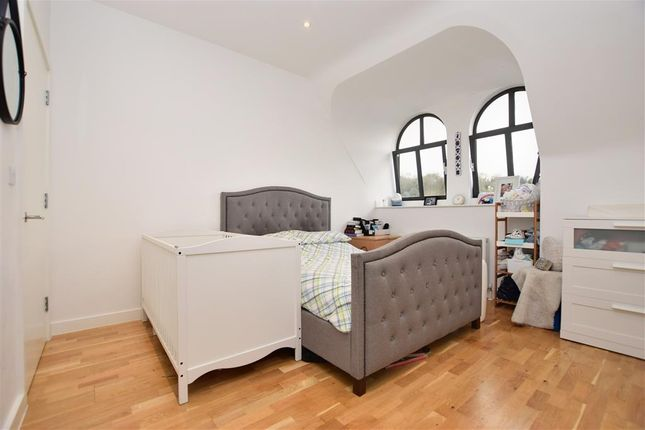 Thumbnail Flat for sale in Whyteleafe Hill, Whyteleafe, Surrey