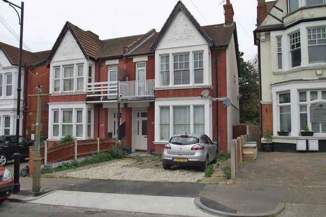 Thumbnail Flat to rent in Cobham Road, Westcliff-On-Sea