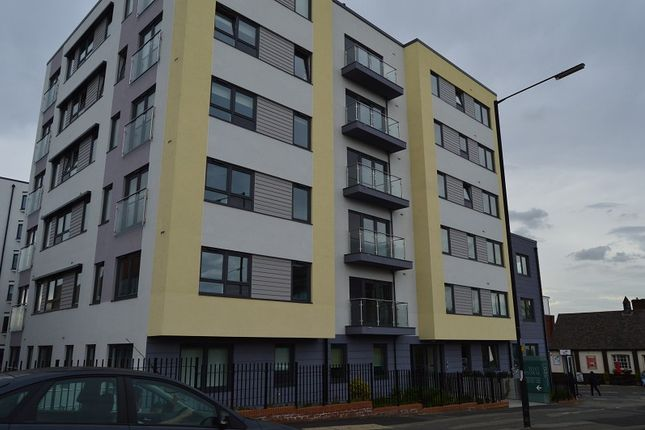 Thumbnail Flat to rent in West Central, Stoke Road, Slough, Berkshire.