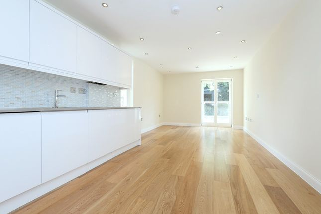 2 bed flat to rent in Park Gate, Mount Avenue, London