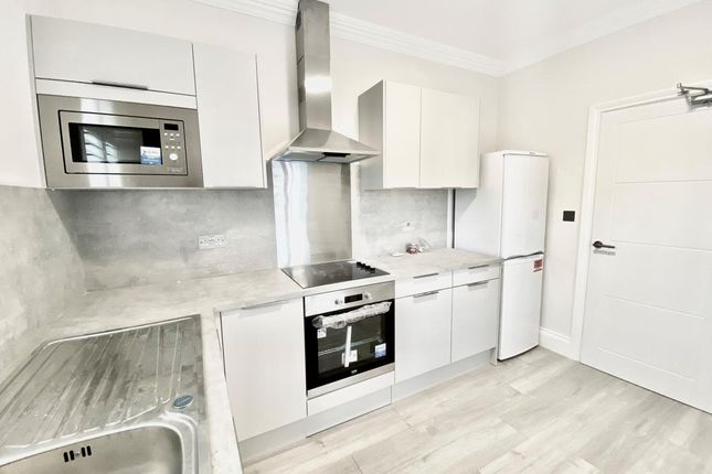 Room to rent in Hurlstone Road, London