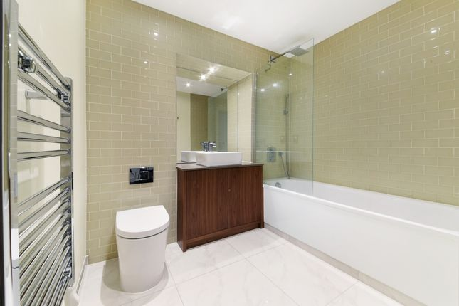 Bathroom of Talisman Tower, Lincoln Plaza, Canary Wharf E14
