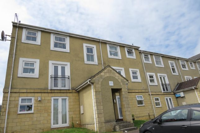 Thumbnail Flat to rent in Queens Square, Chippenham, Wilts