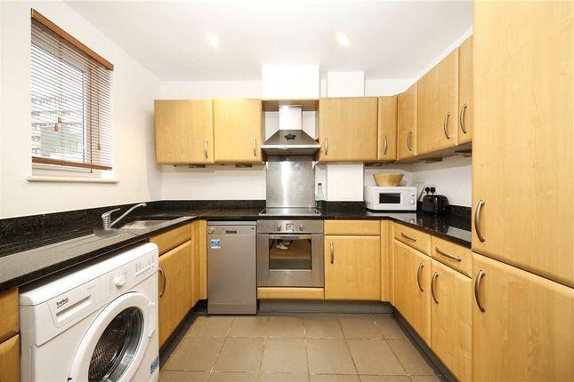 2 bed flat to rent in Buckfast Street, Bethnal Green, London E2