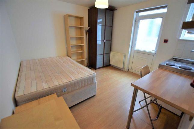 Studio to rent in Queens Road, Hendon, London