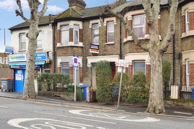 2 bed flat to rent in Bush Road, London