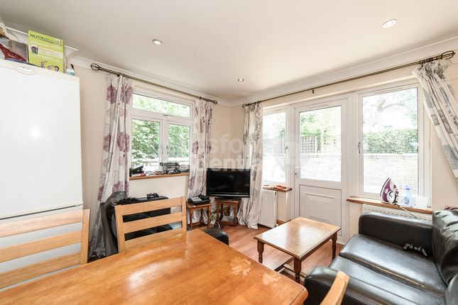 3 bed flat to rent in The Elms, Tooting Bec Road, London