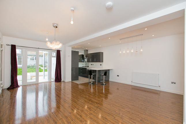 3 bed flat to rent in Park Avenue North, London