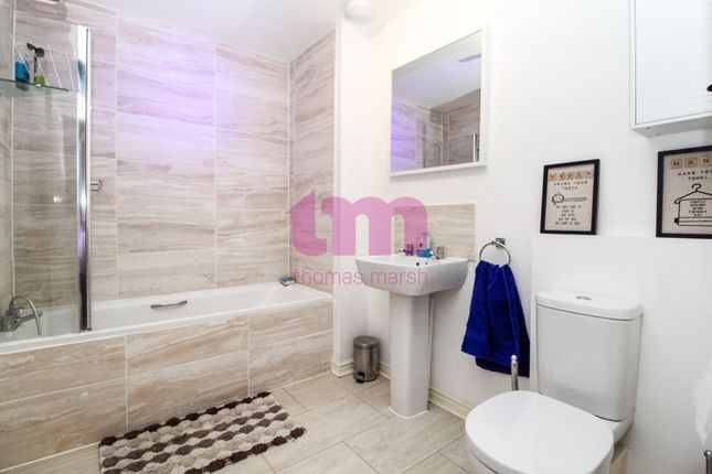 Thumbnail Town house for sale in Meadow Drive, Aveley, South Ockendon, Essex