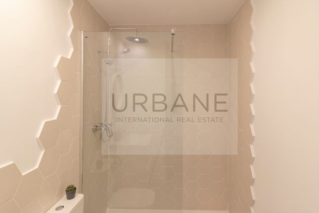Bathroom of 27322, For Sale 2 Bed Refurbished Apartment In Barcelona, Spain